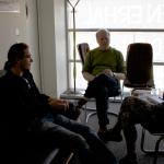 Teilnehmer im Gespräch mit Dominik Wessely