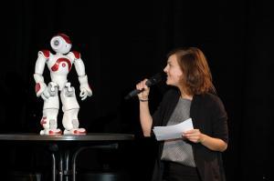 Moderatorin Juliane Victor und Roboterdame Nao